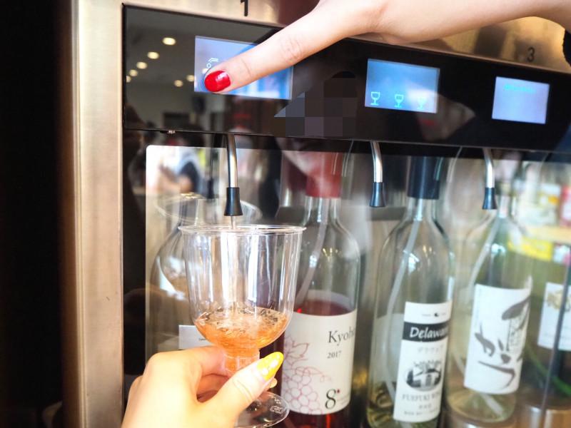 駅ナカの観光案内所にワインサーバー!? 地元ワインが「ちょい飲み」できる石和温泉駅
