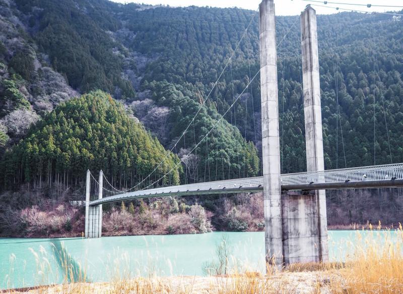 鉄橋を歩いて渡る! ミルキーブルーの湖に浮かぶ秘境駅