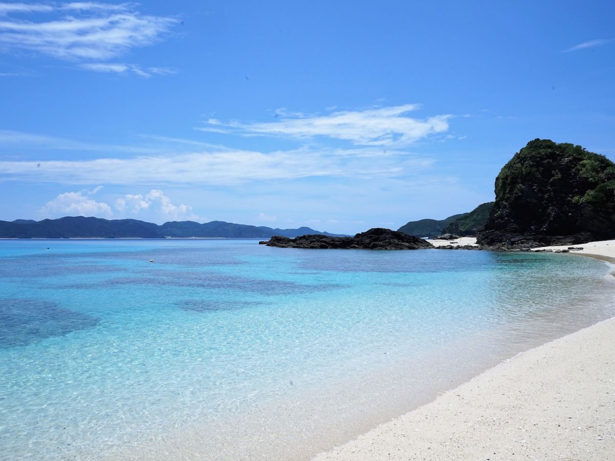 沖縄の離島巡りは秋がおすすめ?! 秋の座間味島で世界が認めた【青】を堪能せよ!
